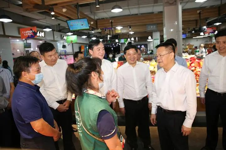 郑栅洁:确保市场供应充足社会平稳有序 让人民群众欢乐祥和平安过节