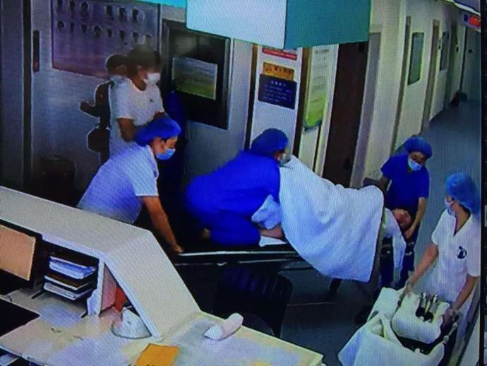 大连一孕妇胎膜破裂,紧要关头,助产士跳上待产床…