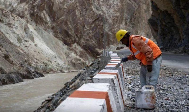 巨石入河,印度正在中印边境仓促修路图片