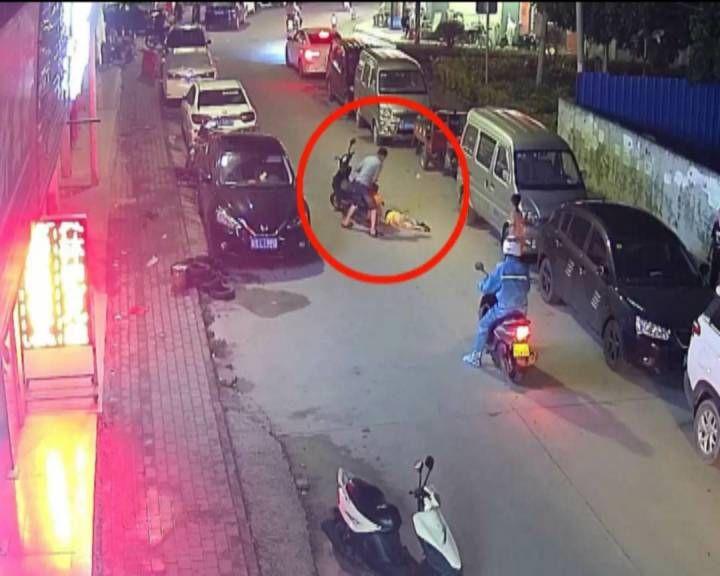 儿童突然横穿马路被摩托车撞伤 提醒家长:孩子外出注意交通安全