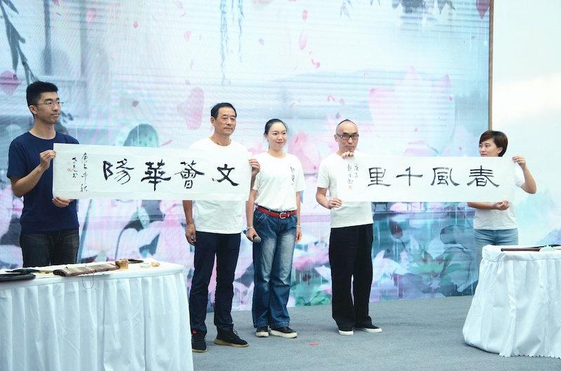旗袍秀、T恤画、江南文化艺术课程……上博文创进社区,观众都点赞:弹眼落睛!