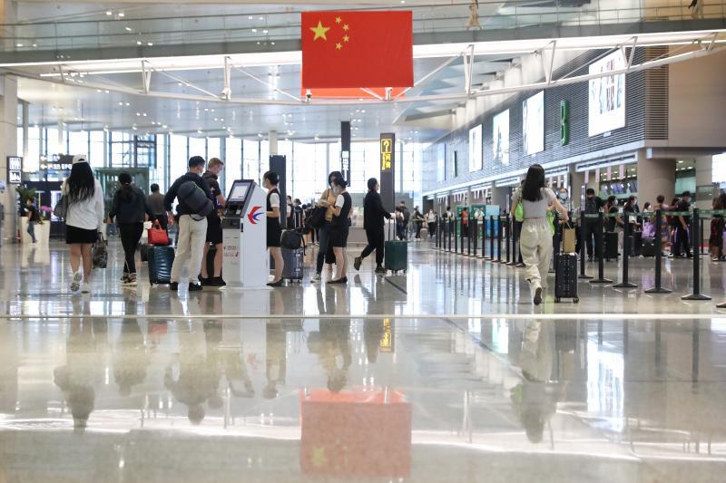 """国内航班客运量恢复至去年同期水平,上海两大机场升级""""黄金周""""节日出行服务"""
