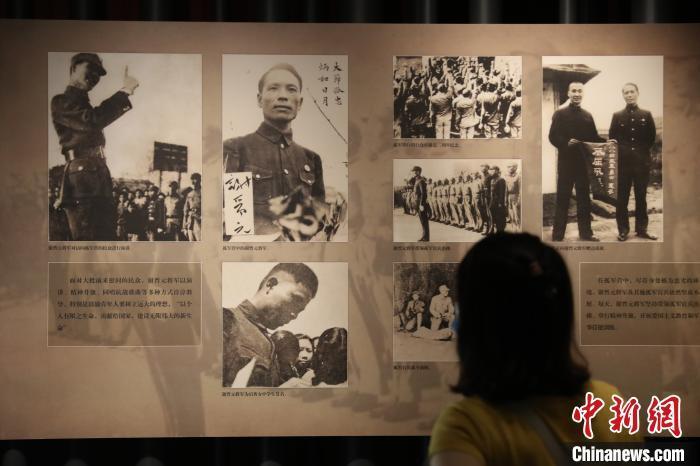 市民参观上海四行仓库纪念馆,了解这段悲壮历史。 张亨伟 摄