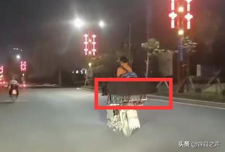 危险!广西容县一辆超速摩托车的后筐里