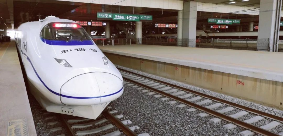 西银高铁南起陕西省西安,向西北经陕西咸阳市、甘肃庆阳市、宁夏回族自治区吴忠市后,接入银川市。