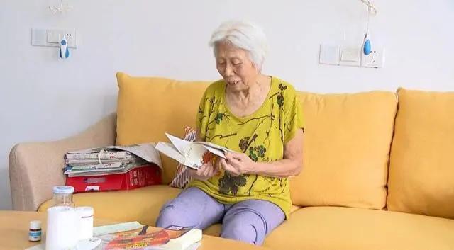 84岁老人睡衣都破了洞,却用百万积蓄做这事