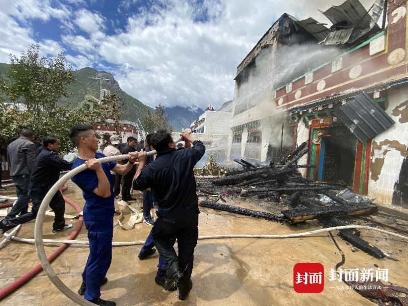 四川省甘孜镇于恒的突然倒塌 伴随着消防