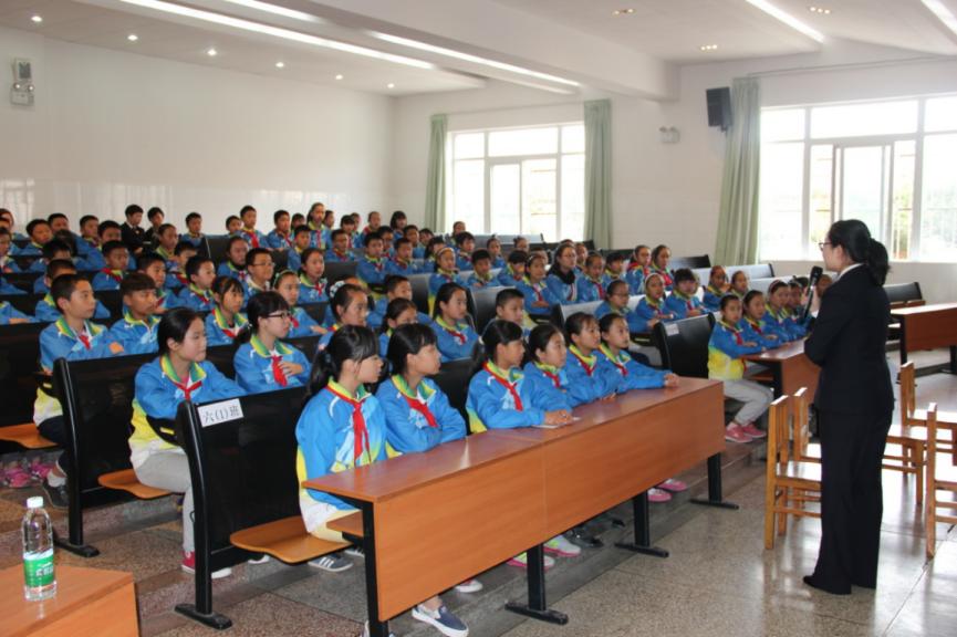 云南省昆明市西山检察院派出检察人员将法律送