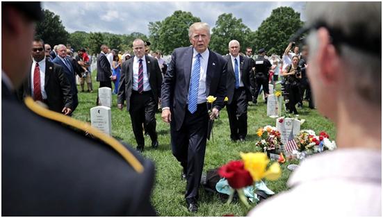 2017年的阵亡将士纪念日,特朗普在阿灵顿国家公墓迎接阵亡士兵的家人 图源:《大西洋月刊》