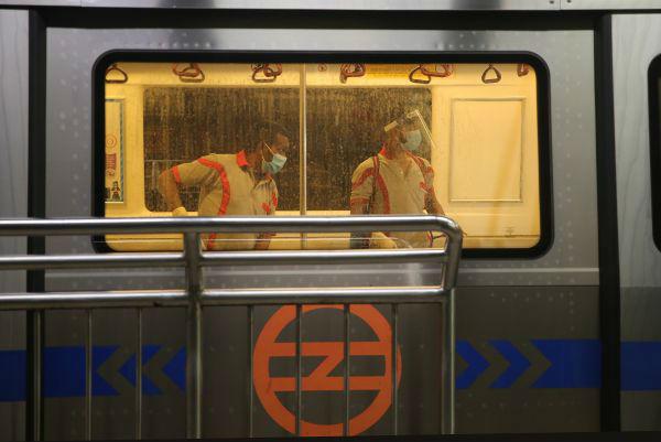 9月3日,工作人员在印度新德里的地铁车厢内进行消杀工作。新华/欧新