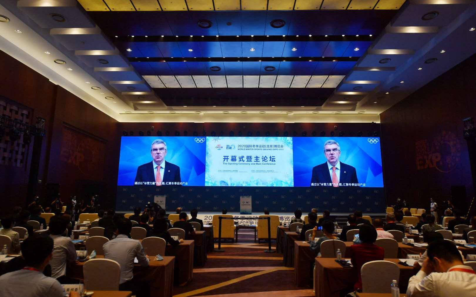 开幕式上,国际奥委会主席托马斯·巴赫发来视频致辞。摄影/新京报记者 李木易