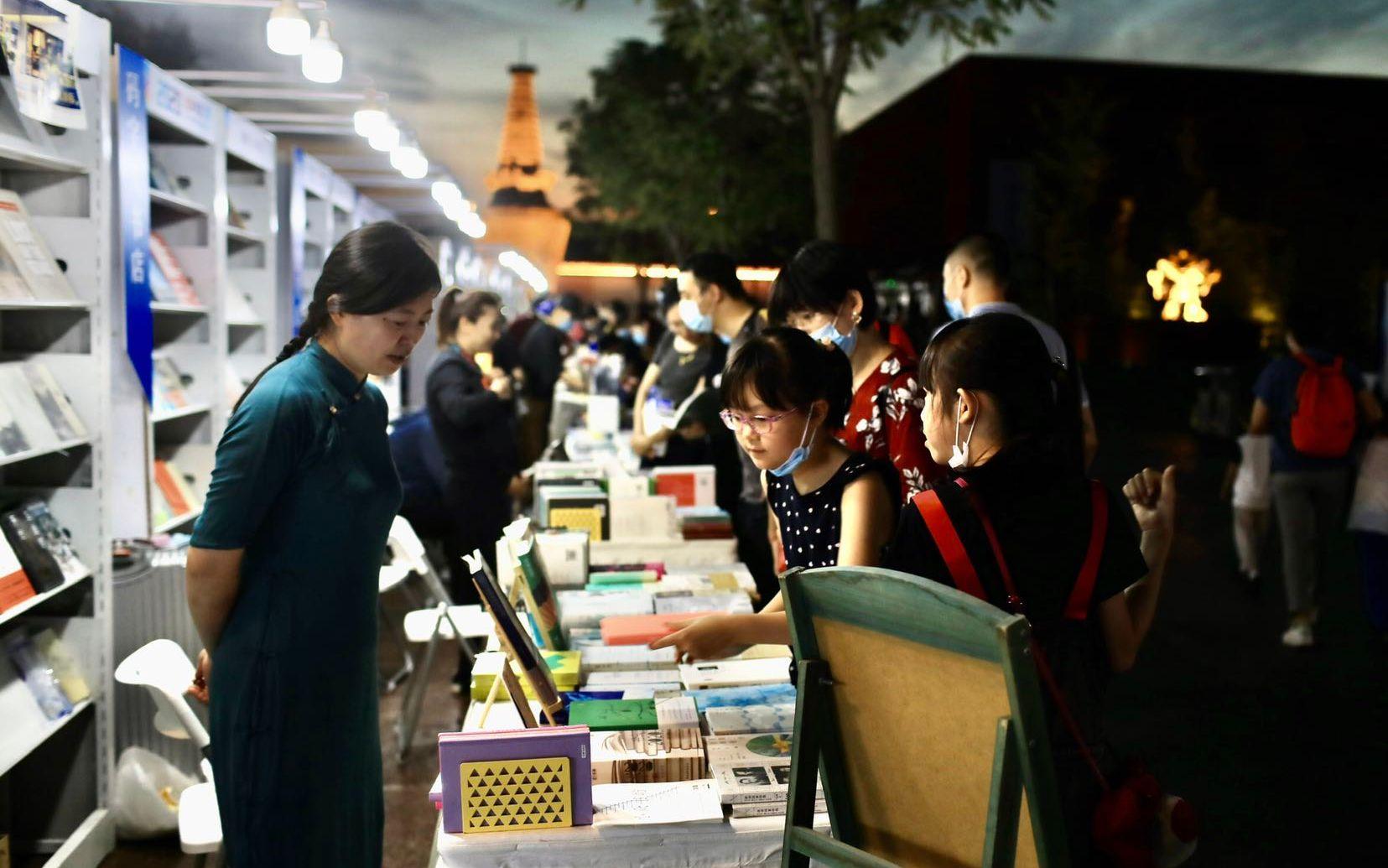 """""""北京书店之夜""""在石景山郎园开张,读者启动""""疯狂朗读"""""""