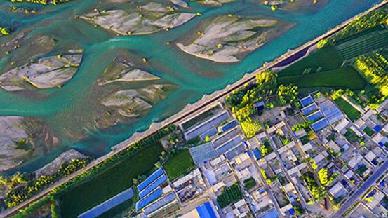 2020年8月26日,夕阳下的新疆开都河和静县段的美丽秋色。图 | IC photo
