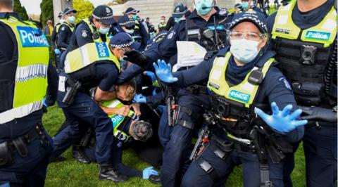 澳大利亚爆发反封锁抗议:警民激烈冲突 一名孕妇被捕