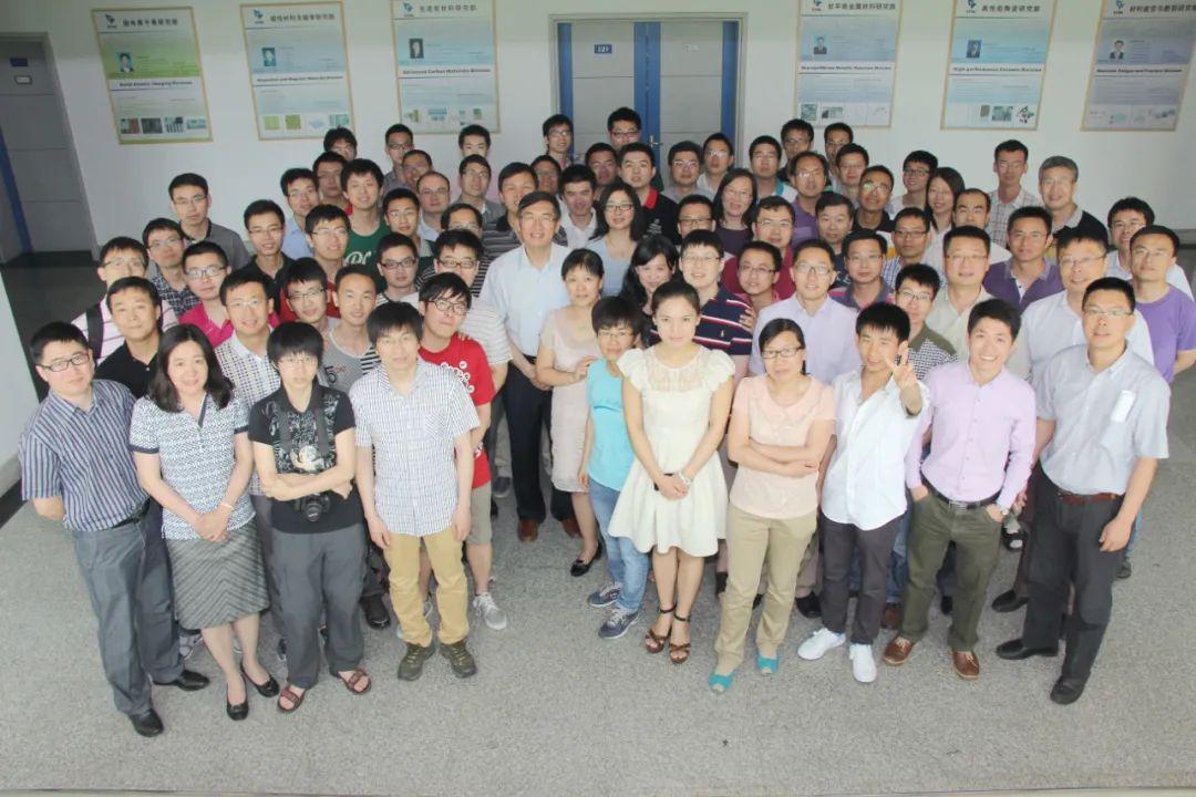 卢柯与其科研团队的合影(照片中间身着浅色衬衫者为卢柯,2014年6月摄)。