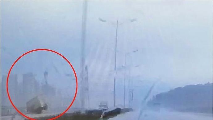 广东一货车失控冲出大桥坠海!23岁司机仍在搜救中