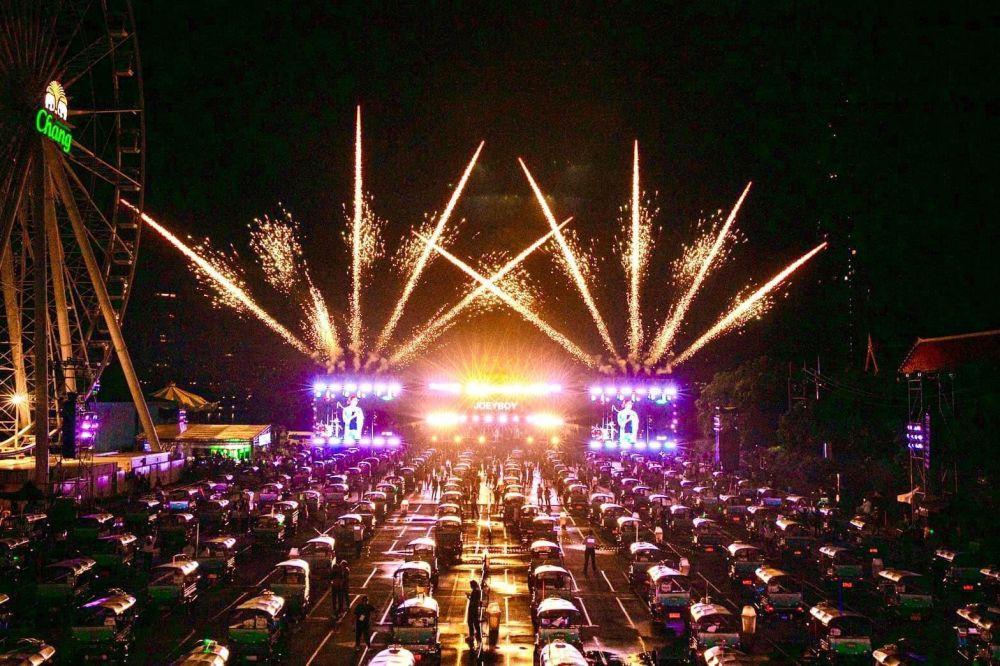 """8月8日,泰国国家旅游局在曼谷举办首场""""嘟嘟车""""音乐会。 新华社发"""