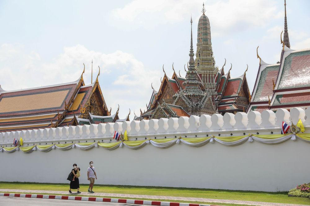 3月8日,戴口罩的游客行走在泰国曼谷大王宫外。新冠疫情重创泰国旅游业。 新华社记者 张可任摄