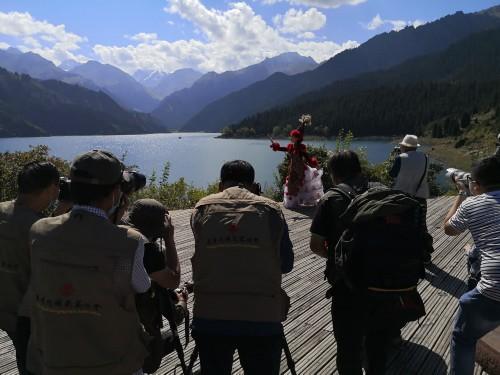 新疆天山天池景区游人如织