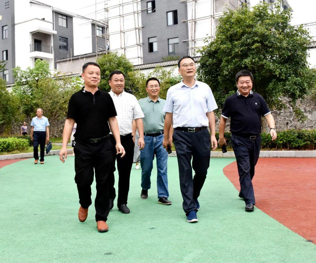 婺源县委副书记、县长吴云飞走访慰问城区部分学校教师