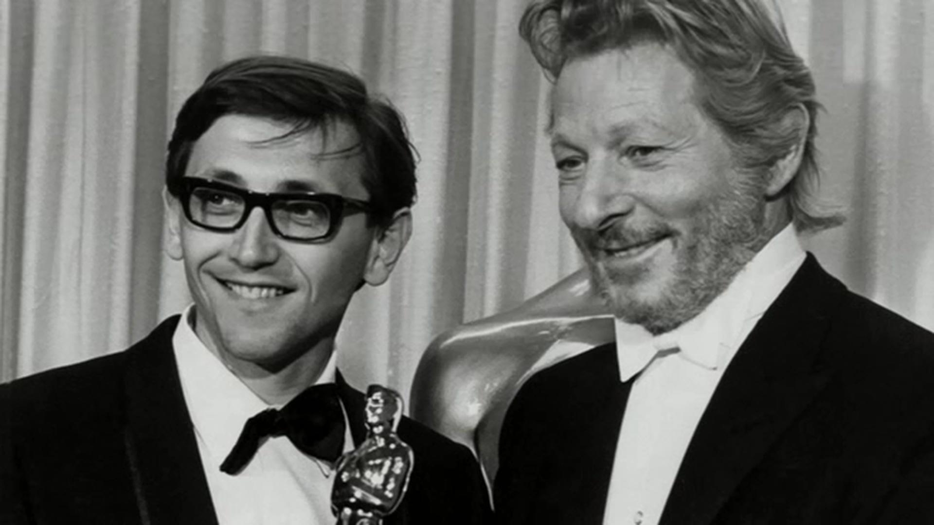 1968年,年仅30岁的伊利·曼佐(左)凭借《严密监视的列车》拿下奥斯卡最佳外语片奖