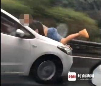 男子被顶引擎盖雨中疾驰 知情人透露男子与前妻存在经济或情感纠纷