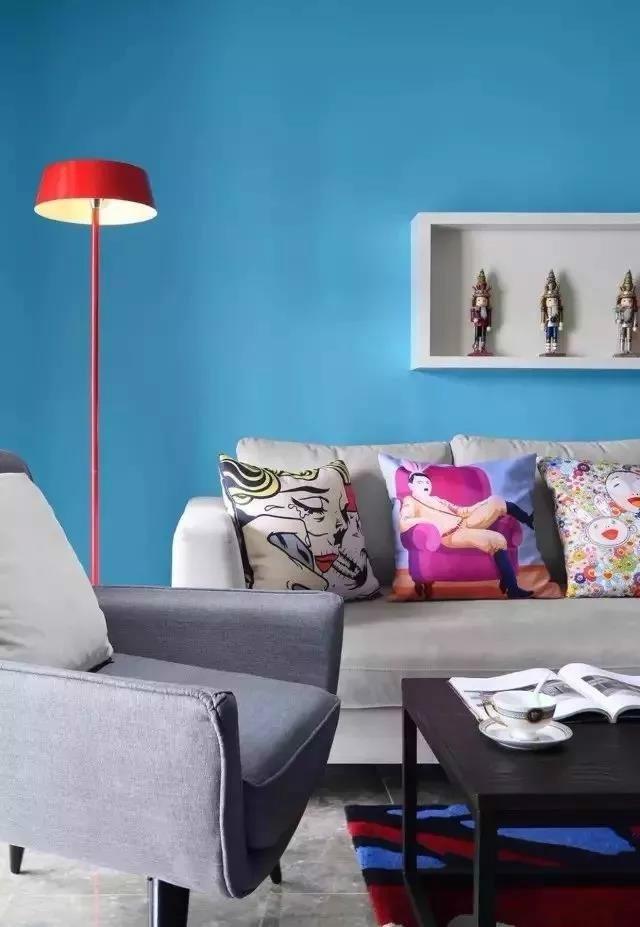 主体沙发是一个布艺的材质,它整体是一个柠檬黄的颜色,在单人位上面