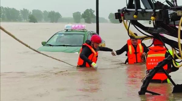 一出租车困在水中甘南县消防救援大队紧急救助群众脱险