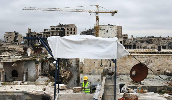 一名叙利亚工人正在修复阿勒颇露天集市的屋顶。