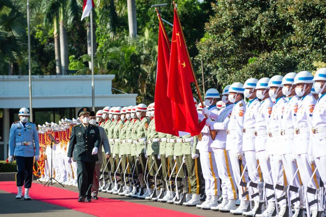 9月8日下昼,魏凤和出席印度尼西亚国防部长普拉博沃在印尼国防部举办的迎接典礼并校阅仪仗队。新华社记者 杜宇摄