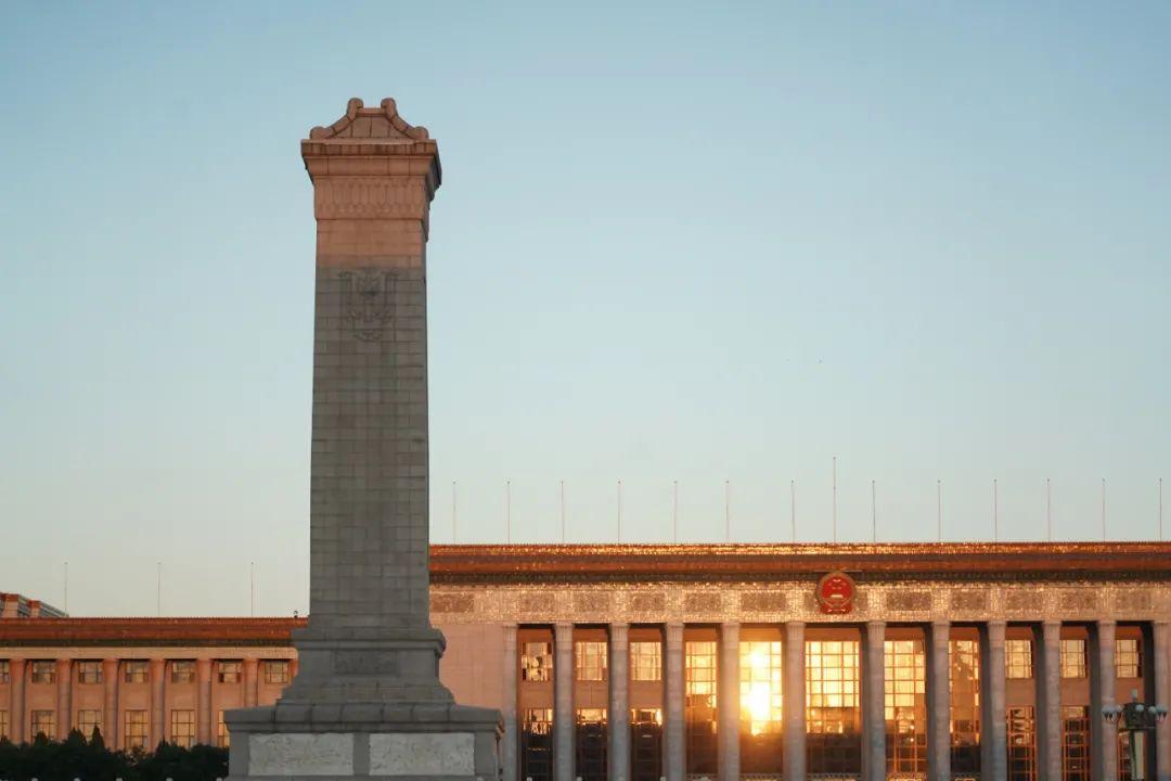 晨光中的人民大会堂和人民英雄纪念碑。新华社记者 鞠焕宗 摄