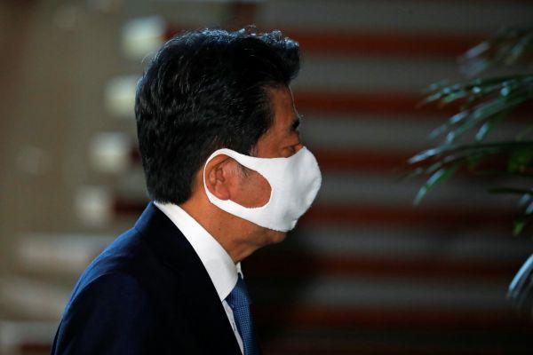8月28日,日本首相安倍晋三抵达位于日本东京的首相官邸。 (新华社)