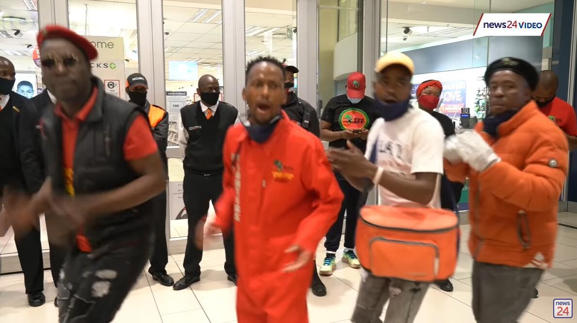 EFF成员在约翰内斯堡桑顿市Clicks外示威抗议 图丨南非News24站