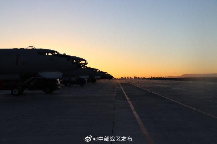 中部战区空军高原驻训,轰6、运20同框