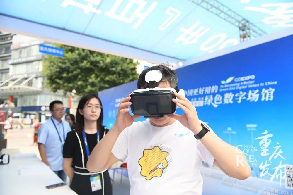 市民戴上VR眼镜,感觉绿色数字场馆。邹乐 摄