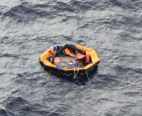 获救船员乘坐的救生筏(共同社)