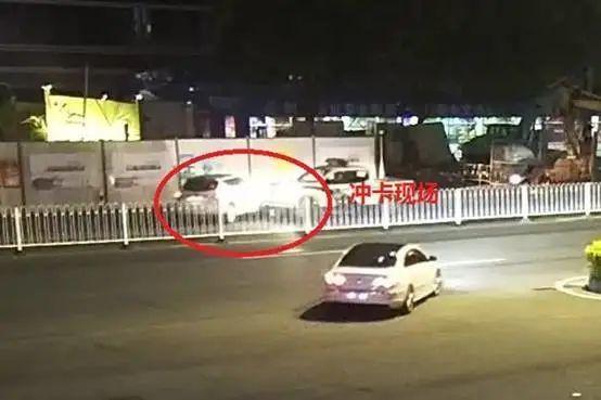 广州增城一男子 失职 强行打卡撞警车逃