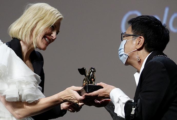 中国导演许鞍华领取威尼斯电影节终身成就奖图片
