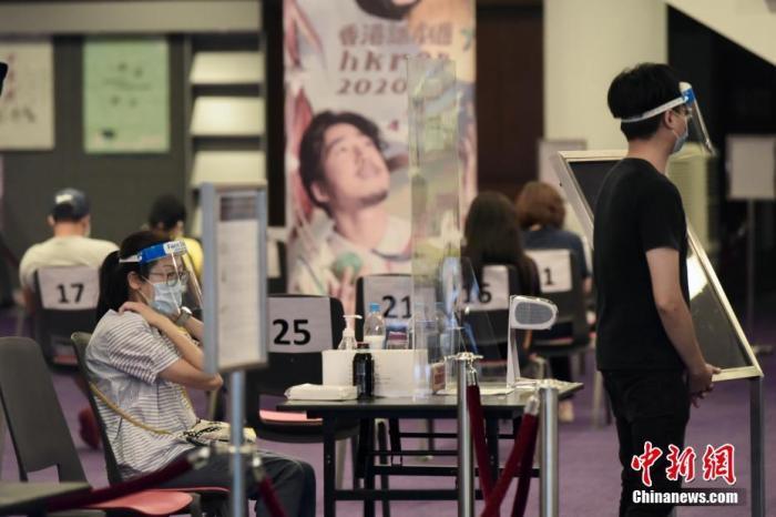资料图:香港市民到检测中央守候检测。中新社记者 李志华 摄
