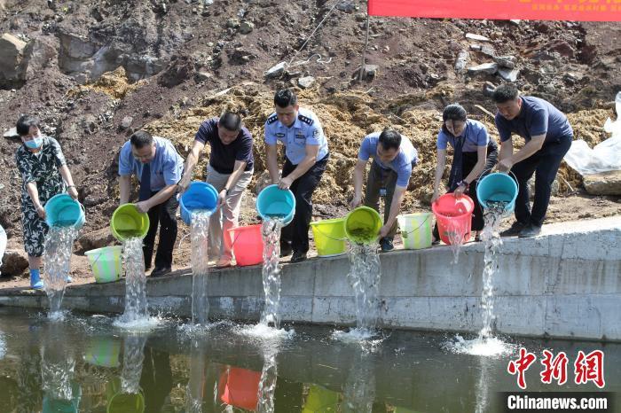 图为增殖放流活动现场。重庆江北警方供图