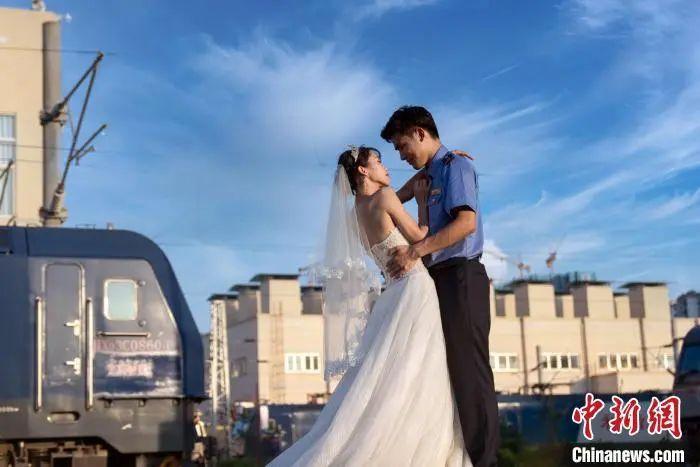 """中新网:如果婚姻要""""考证"""",你觉得自己配结婚吗?"""