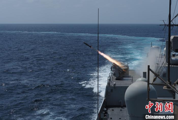太原舰发射干扰弹。 江山 摄