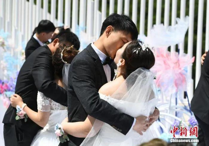 资料图:7月8日,吉林长白山,100位新人举行集体婚礼。中新社记者 张瑶 摄