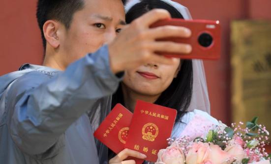 ▲新人领到结婚证。 图/新京报网