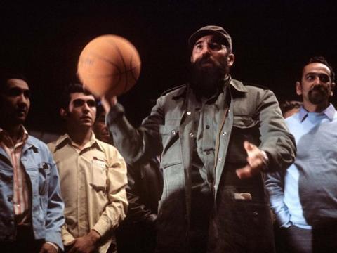 老照片  痴迷于篮球运动的古巴领导人卡斯特罗