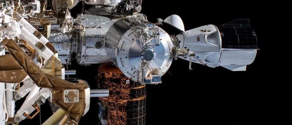 美国龙飞船与空间站对接之时,一个未识别金属物掠过,刚好被捕捉