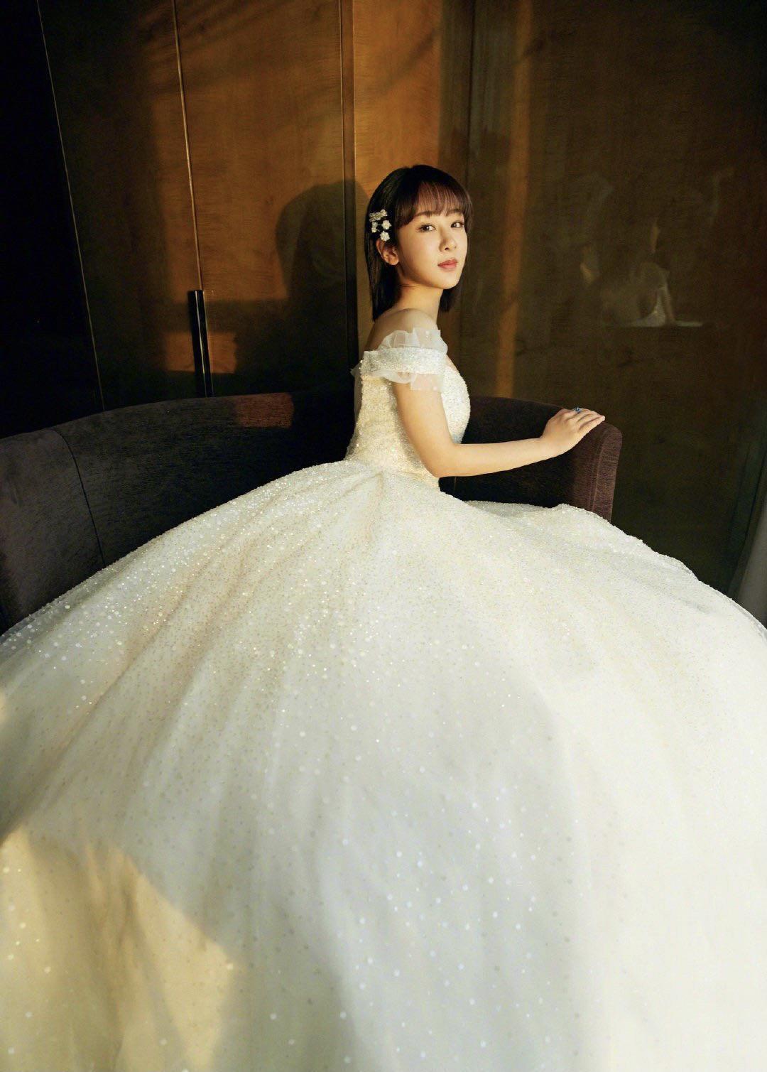 杨紫短发美出新高度,花朵发卡柔美清纯,跨年造型似白雪公主