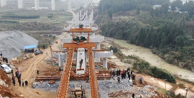 重点工程:张吉怀铁路芙蓉镇站连接线新寨大桥首片箱梁架设成功