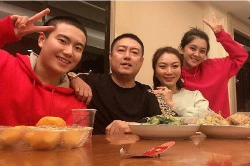 国乒主力梁靖崑官宣恋爱,带大自己三岁的演员女友回家见父母!