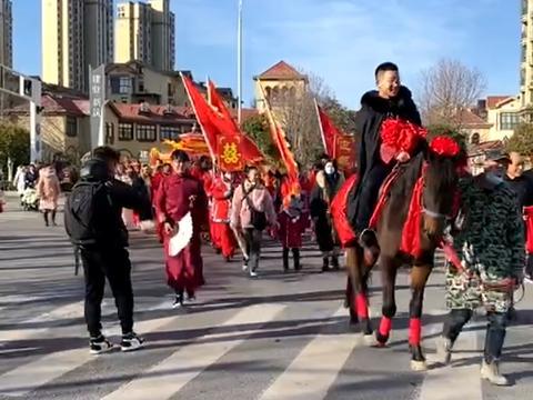 徐云龙:新郎骑马新娘坐轿复古的结婚典礼 花生红枣寓意喜得贵子